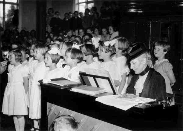 Alice Tegnér (1864-1943) vid pianot 1938.