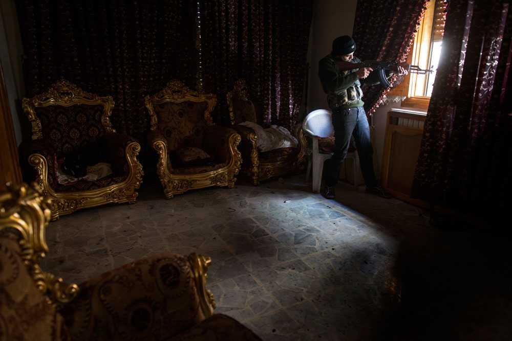 NICLAS HAMMARSTRÖM En soldat från Free Syrian Army siktar och skjuter en salva mot fienden i stadsdelen Saif al-Dawlah.