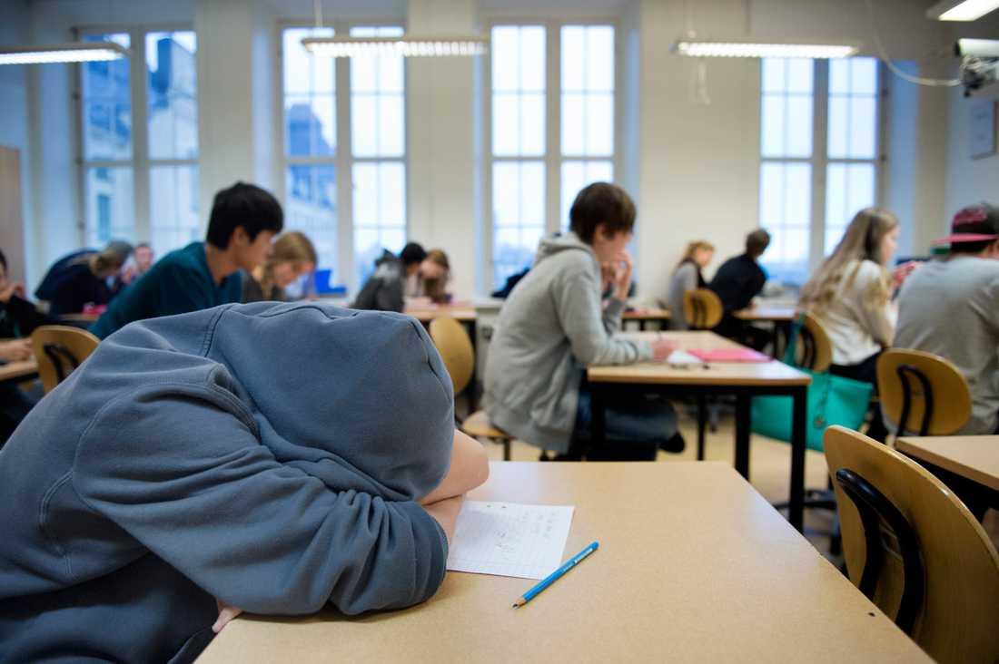"""Ett vanligt exempel för att leda privatskolornas överlägsenhet  i bevis brukar vara """"Internationella engelska skolan"""". Där får eleverna inte tala i telefon eller surfa under lektionerna. Så var det även i den gamla demokratiska och nu raserade svenska skolan, skriver Jan Guillou."""