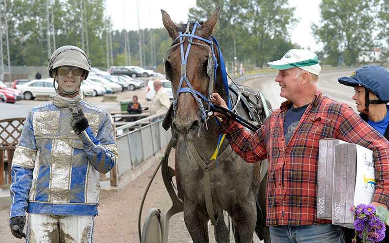Bo V. i vinnarcirkeln på Örebrotravet tillsammans med tränaren Bo E Nilsson och kusken Kim Eriksson. I kväll siktar gänget på att besöka Åbytravets vinnarcirkel.