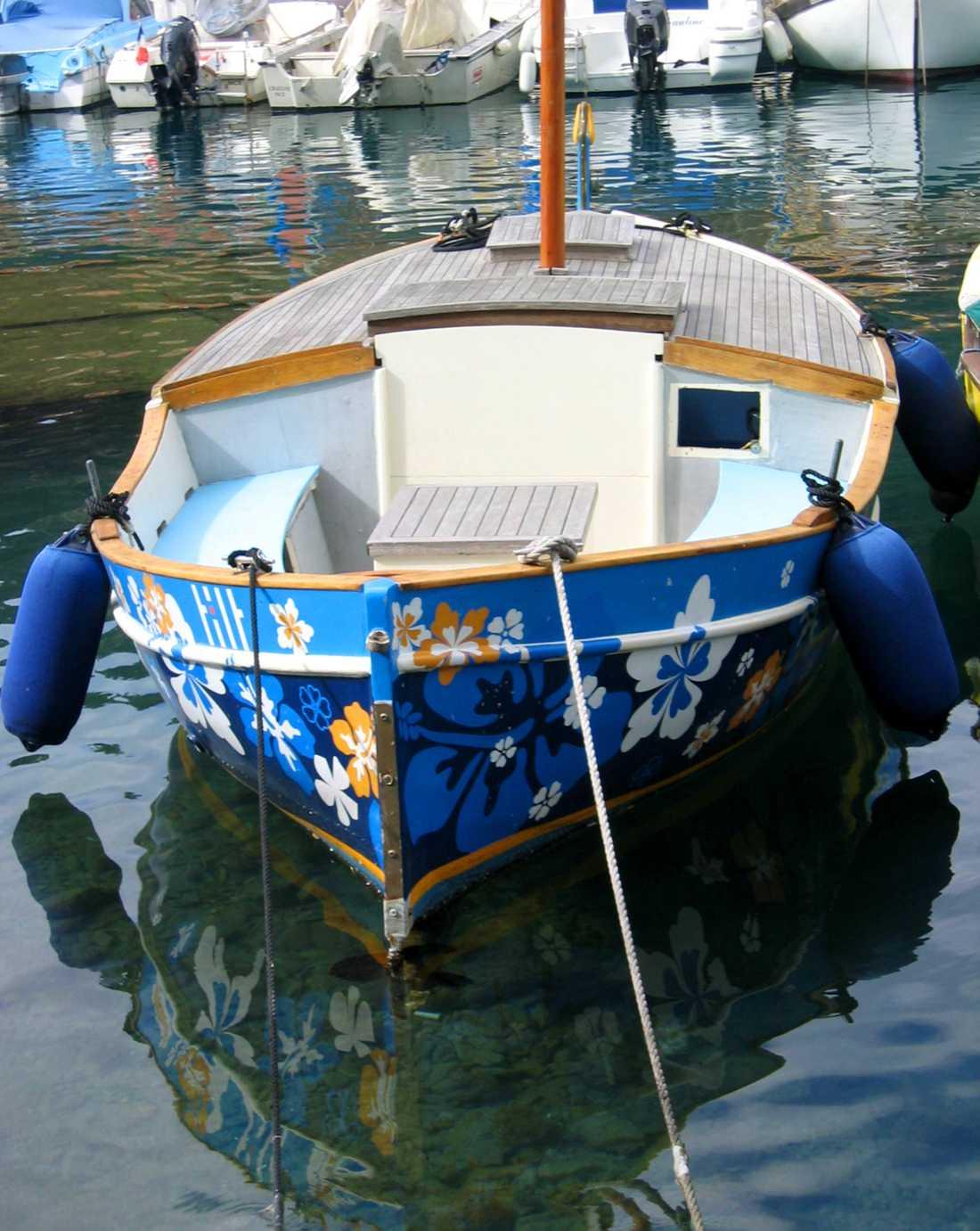En matisseblå pärla längs hamnpromenaden.