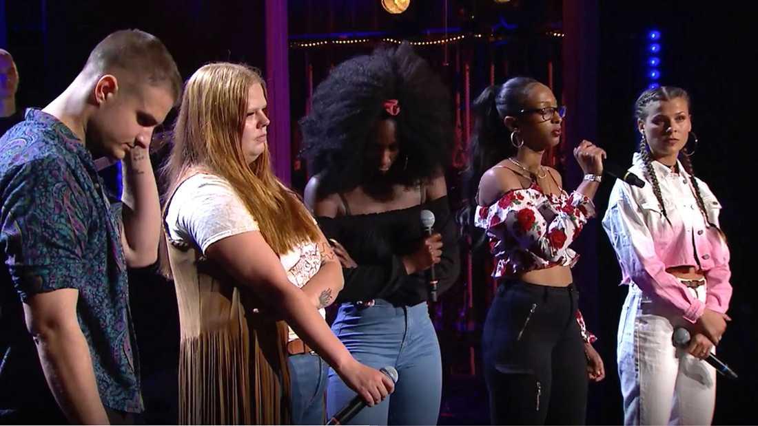 """Merjan får lämna """"Idol"""" direkt efter framförandet medan resten av gruppen får vänta på besked från juryn."""