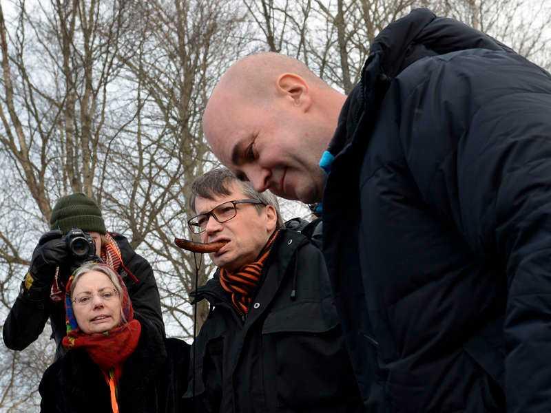 Grillkorv av rent valfläsk. Enligt Aftonbladets källor är hela mötet i Maramö en pr-kupp.