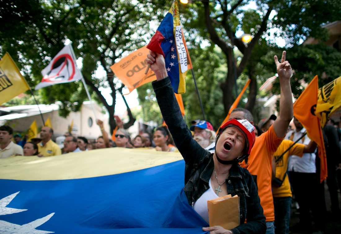 En kvinna i Venezuelas huvudstad Caracas protesterar mot valet på söndag den 20 maj.
