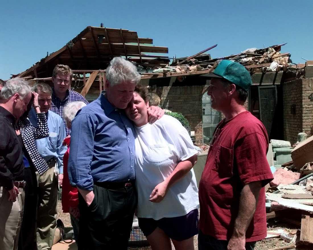 President Clinton kramar om en kvinna efter storm i Oklahoma 1999.