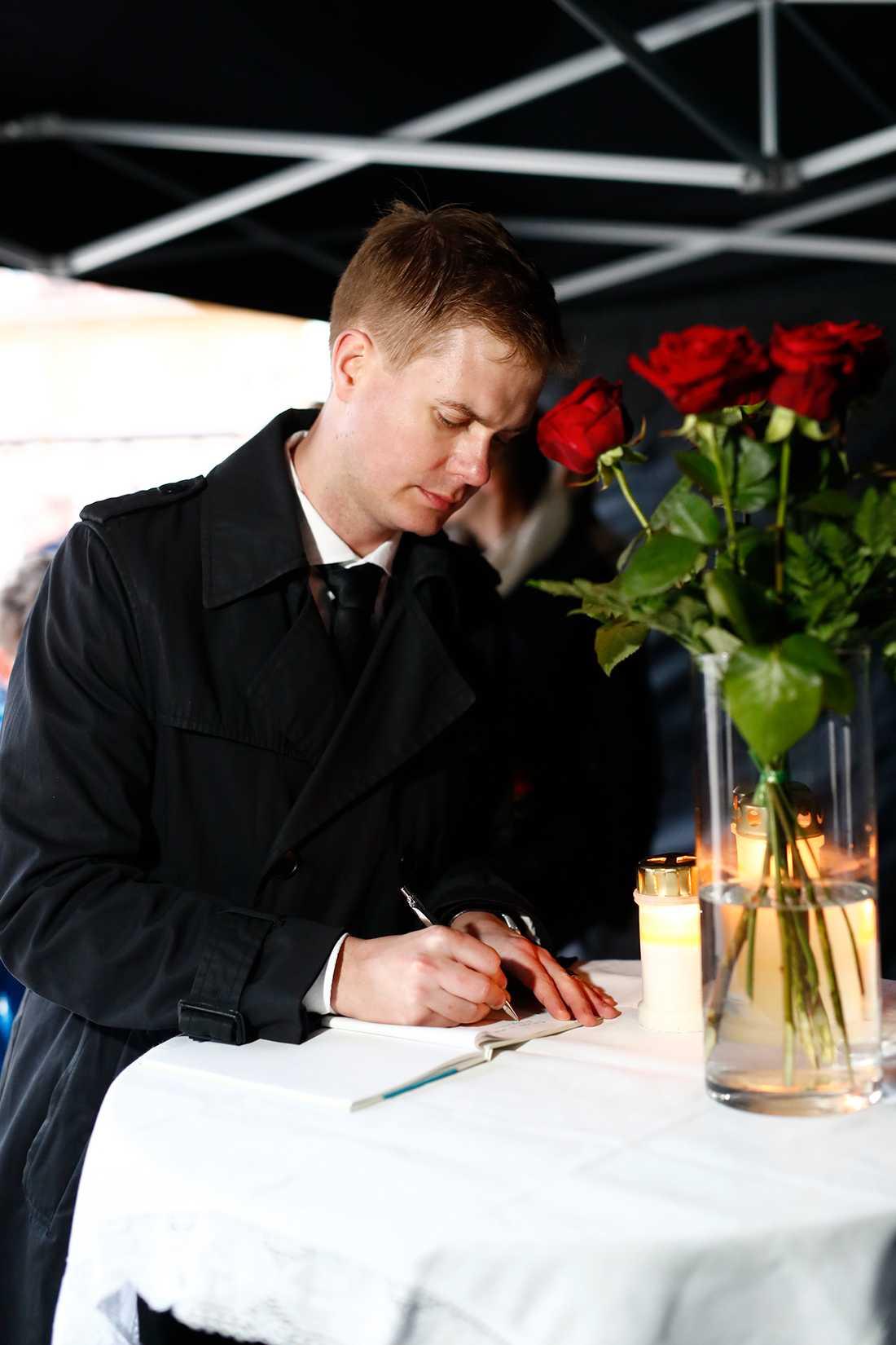 Utbildningsminister Gustav Fridolin (MP) besökte minnesstunden.