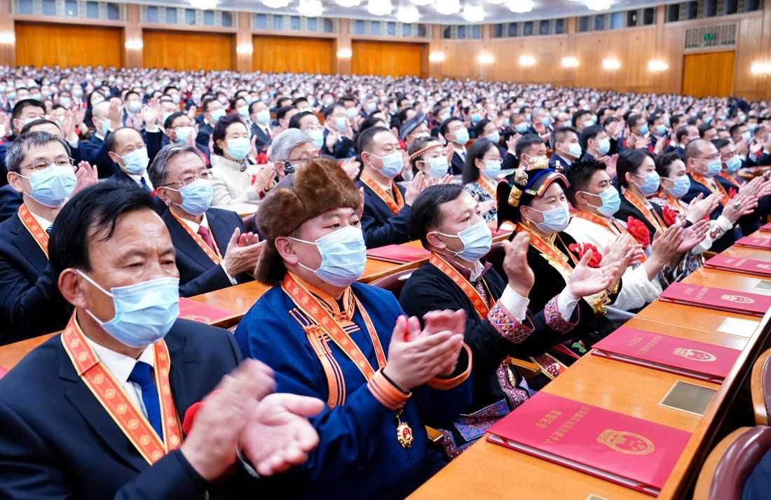 Partimedlemmar applåderar kampen mot fattigdom i Kina.