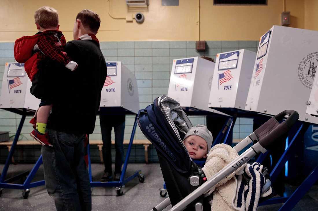 Folk röstar i en vallokal på en skola i New York.