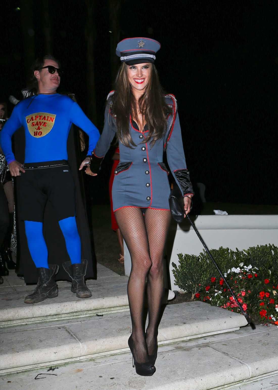 Alessandra Ambrosio bjöd på helgens kortaste maskeradoutfit.