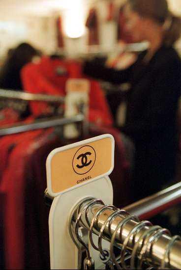 Chanel-kläderna kostar en bråkdel av nypriset. Bara de passar.