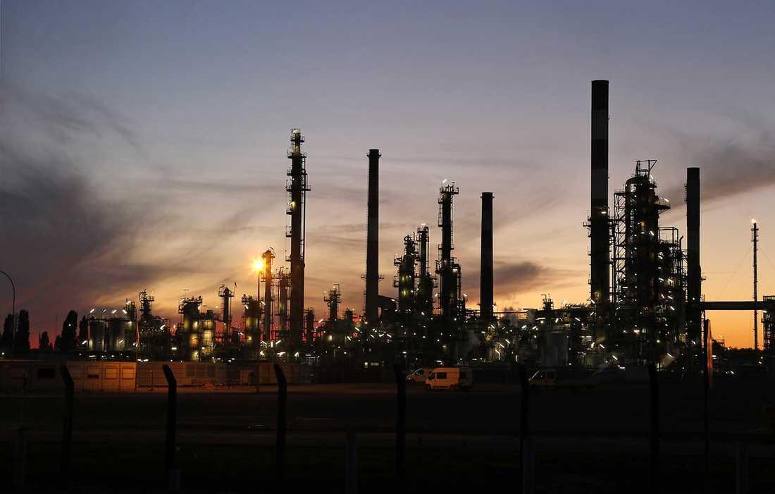 RUMSREN – och rik på råolja Muammar Gaddafi har blivit mer och mer rumsren och västvärldens ledare trycker glatt tyrannens hand sedan sanktionerna mot Libyen hävts. Sverige exporterar varor för mer än en miljard per år till diktaturen, men köper också Libyens svarta guld – råoljan.