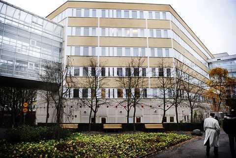 I ett höghus i Kista finns Försvarsunderrättelsedomstolen och Statens inspektion för försvarsunderrättelseverksamheten. Här avgörs vilken information som ska gå vidare till FRA, Försvarets radioanstalt.