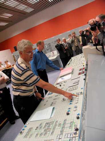 STOPPAR KÄRNKRAFTEN Gunnar Engkvist trycker på knappen som sätter i gång den avslutande processen i kärnkraftsreaktorn.