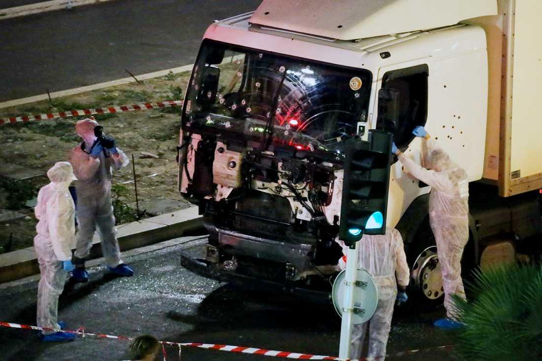 Polisens tekniker vid lastbilen som användes vid attacken sent i går natt. Lastbilen stod då i ett avspärrat område innuti ett större avspärrat område.