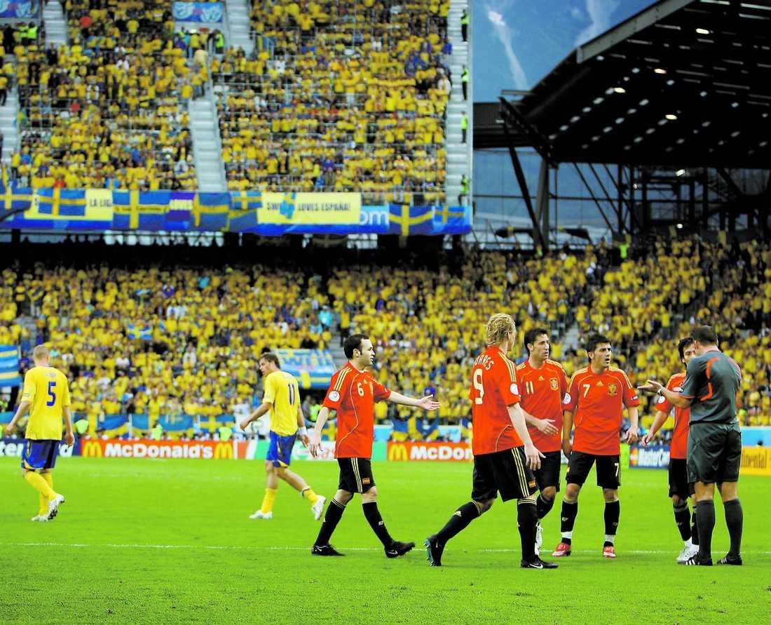 masskonfrontation När Sverige gick ut för halvtidsvila så attackerades domaren Peter Vink av en hel grupp spanska spelare. Ett regelbrott som Lars Lagerbäck menar kan ha påverkat bedömningen i andra halvlek.