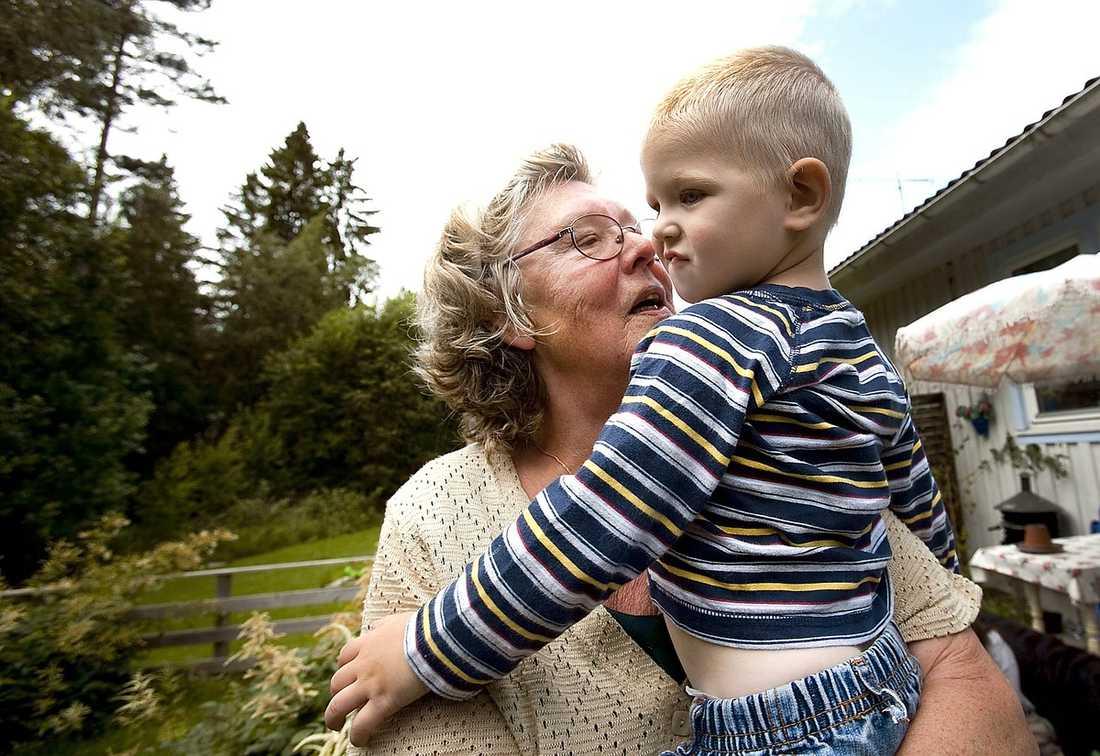 """""""OFTA I KONFLIKT"""" Texas extrafarmor håller sitt barnbarn i famnen. Hon hade länge oroat sig över 10-åringen som nu erkänt."""