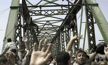 LIKEN SKÄNDAS Svårt brända och lemlästade hängdes de fyra civila amerikanernas kroppar upp som en makaber trofé i en bro över Tigris. Tidigare hade amerikanernas bil stoppats och beskjutits av den uppretade mobben.