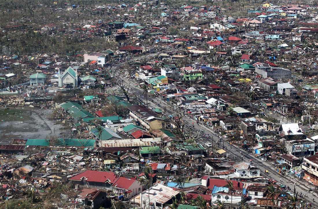 95 procent av Tacloban har förstört och 10 000 har dött enligt uppgifter.