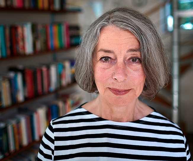 """Författaren och journalisten Åsa Moberg återvänder till revoltens år 1968 i sin nya bok """"Livet"""". """"Vi var väl den första ungdomsgeneration som man lyssnade på. Vi hade stora anspråk redan som 12-åringar och sen växte de bara"""", säger hon."""