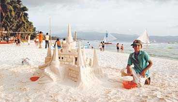 12-årige Robert är en hejare på att bygga sandslott - stannar du till för att titta förväntar han sig en slant.