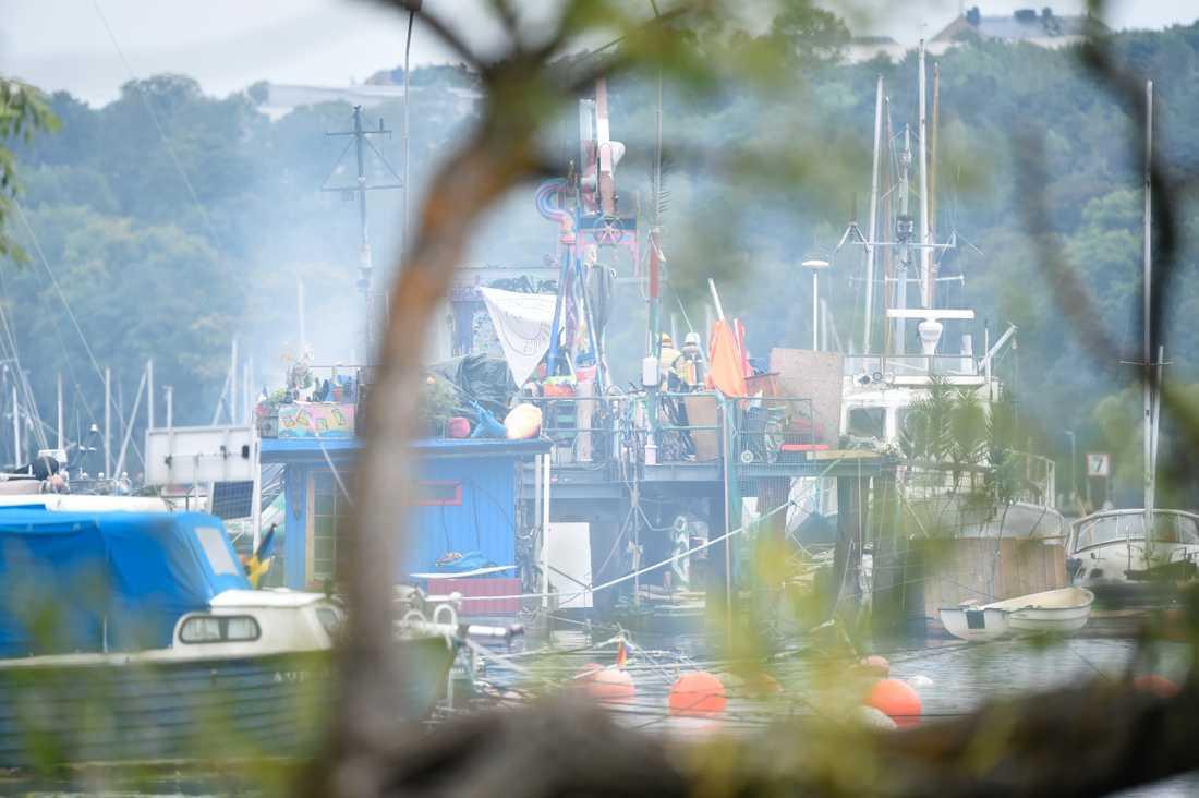 En större båt som ligger förtöjd i Årstaviken vid Södermalm i centrala Stockholm brann på fredagsmorgonen.
