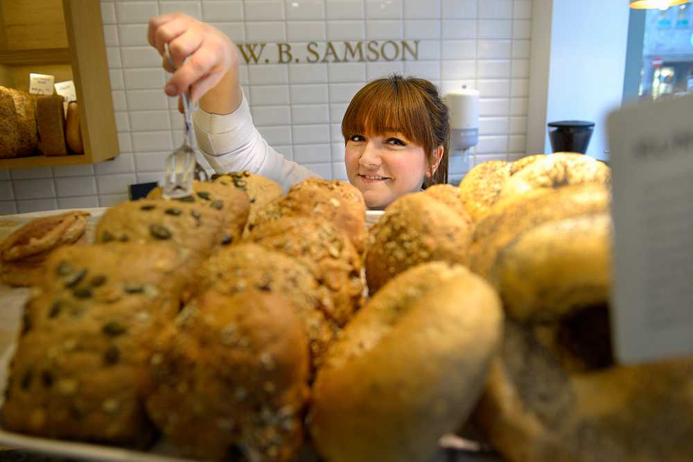 Sara-Stina Kjellberg 27, jobbar på ett kafé där tre av fem är svenskar