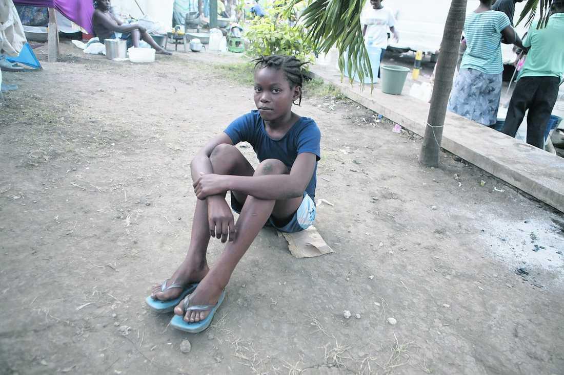 Desir Macelin, 10, sover på marken i en park.