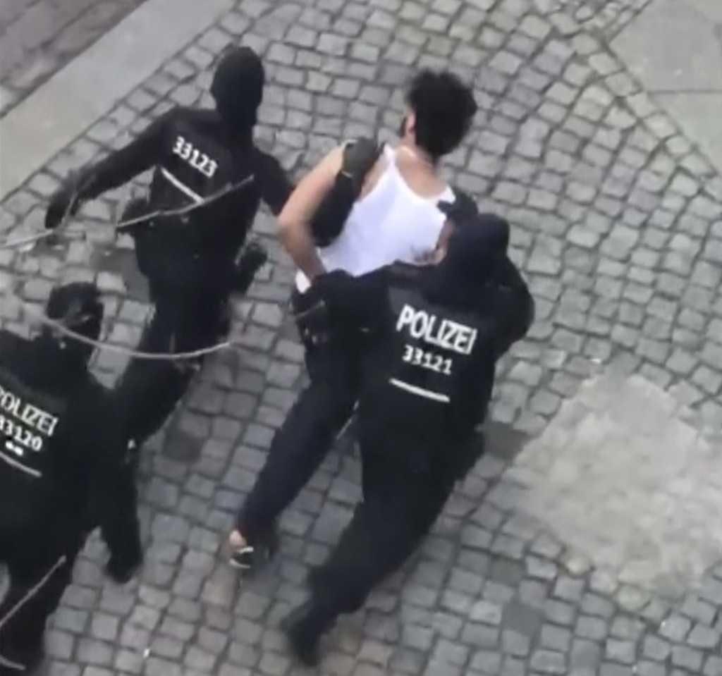 Här griper tysk polis en av de misstänkta terroristerna.