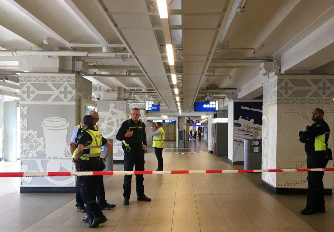 Amsterdams tågstation avspärrad efter knivattack.