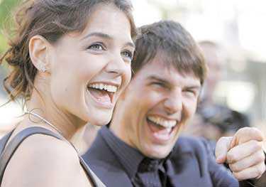 """""""JAG ÄLSKAR TOM VÄLDIGT MYCKET"""" Katie Holmes är aktuell i nya storfilmen """"Batman begins"""" men världspressen var betydligt mer intresserade av hennes förhållande till Tom Cruise."""