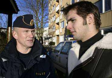 """Alf Andersson är närpolis i Ryd, ett av de samhällen där nedmonteringen av närpoliserna har slagit hårdast. Roy Martinsson, 16 år, håller med om att det är synd: """"Det har varit rätt mycket bråk"""", säger han."""
