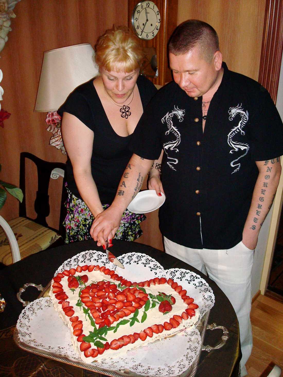 Förlovade sig När Johanna och Juha hade förlovat sig firade hela släkten med stor fest.