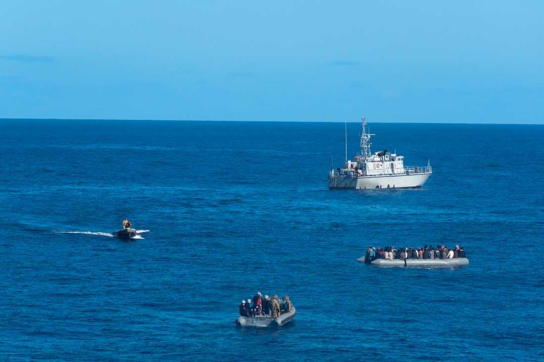 Migranter i små båtar utanför Turkiet får hjälp av turkiskt militär. Arkivbild från januari.