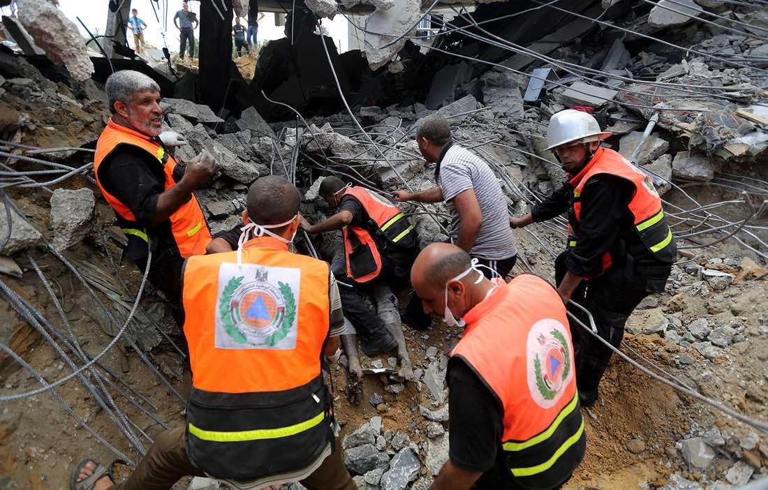 Räddningsarbetare efter ett bombanfall i Khan Younis på Gazaresman den 25 juli.