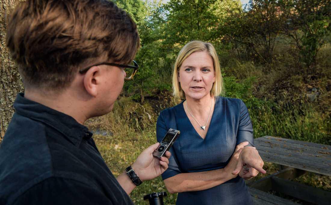 Finansminister Magdalena Andersson intervjuas av Aftonbladets John Granlund.