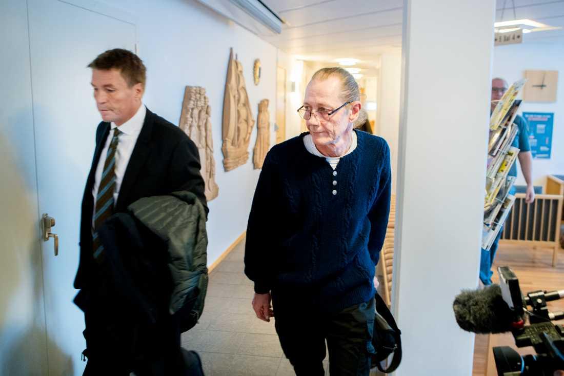 Richard, 63, är misstänkt för dråp mot sin ME-sjuka hustru. Han företräds av advokat Thomas Bodström.