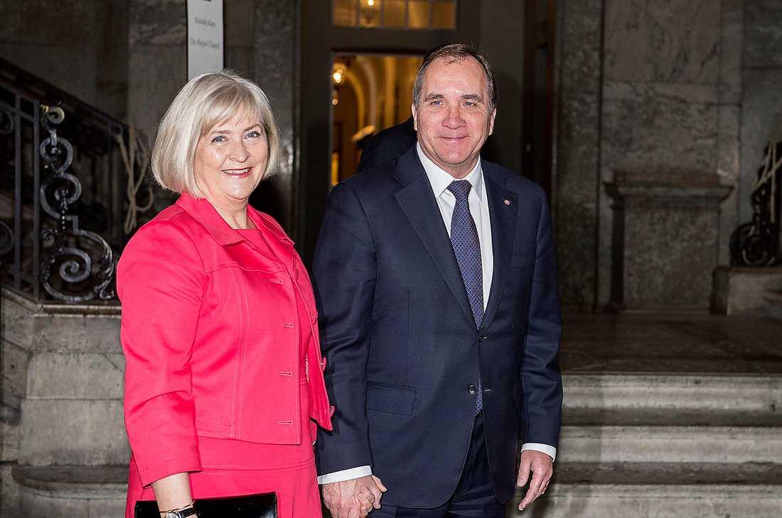 Stefan Löfven och hustrun Ulla kommer.