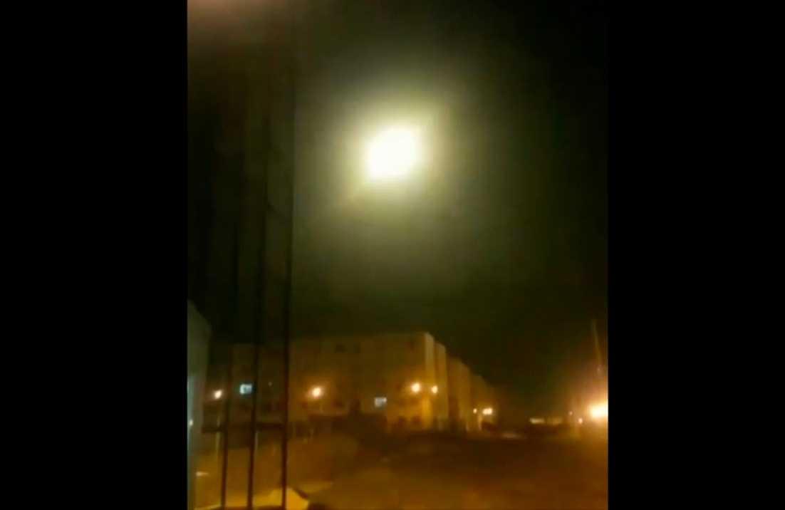 Bild som sägs visa att det sker en explosion på flygplanet  i luften.