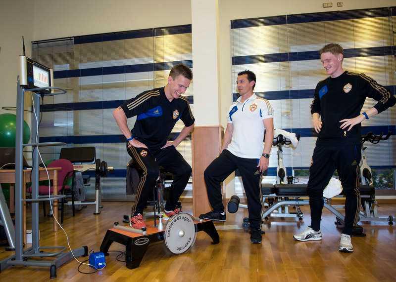 kosmonauter  Rasmus Elm och Pontus Wernbloom provar den svenska träningsuppfinningen som utvecklats för att användas i rymden. En fördel är att man slipper byta vikter.