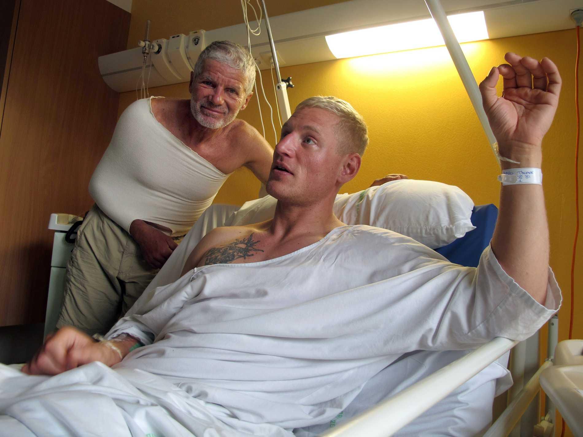 Danske Thomas Dybro överlevde fallet på 250 meter. Här tillsammans med bergsguiden Daniel Rossetto.