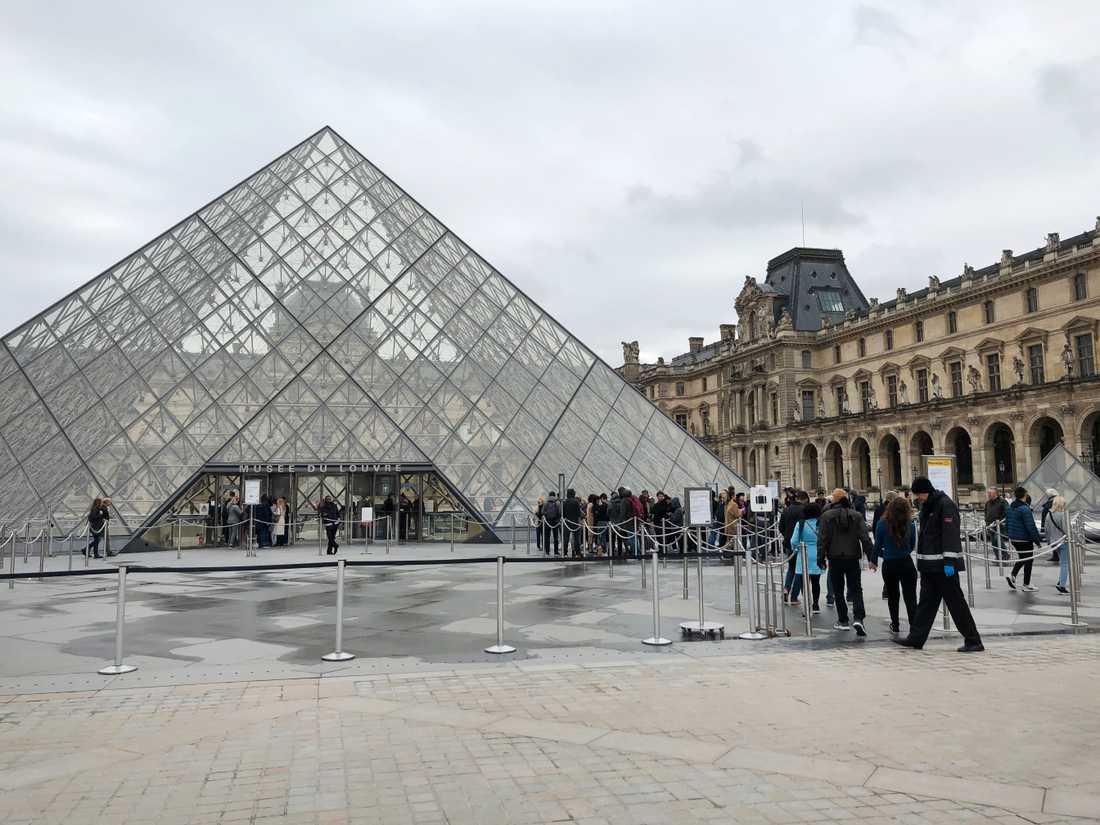 Kön in till Louvren i Paris är betydligt kortare än normalt när många turister väljer att stanna hemma på grund av coronaviruset.
