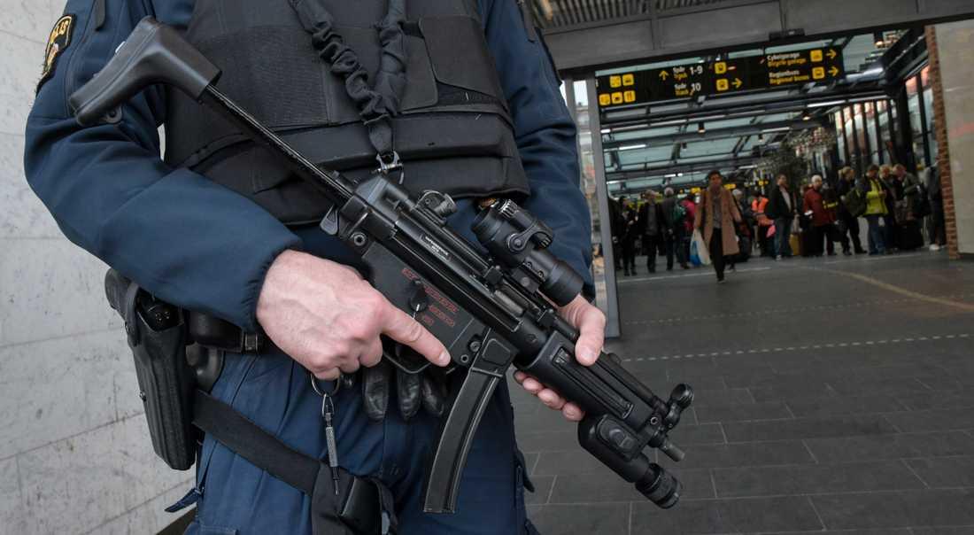 Polis med k-pistmodellen MP5. Arkivbild.