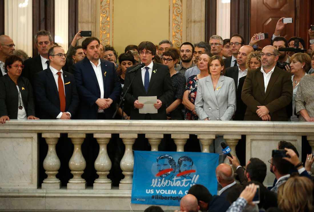 Kataloniens president Carles Puigdemont håller tal efter självständighetsdeklarationen.