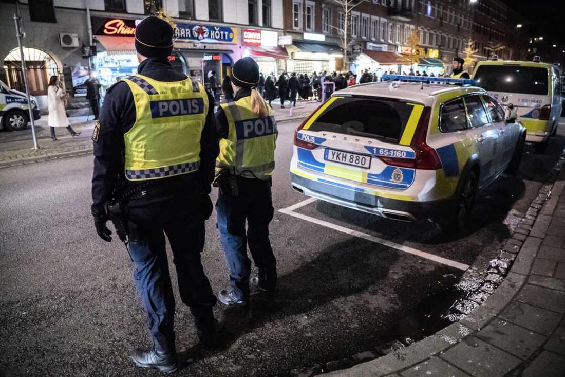 Poliser på mordplatsen vid Möllevångstorget i Malmö där en 15-årig pojke sköts ihjäl.