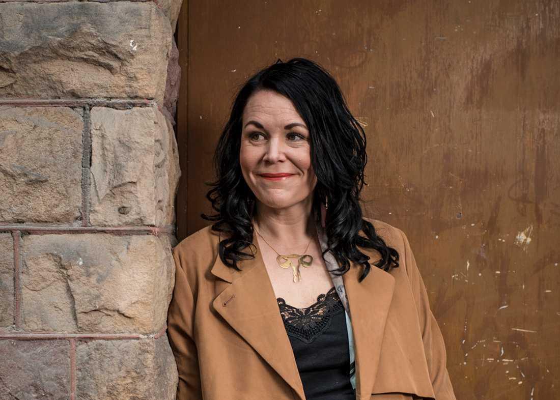 Efter tio år är Maria Svelands romanfigur Sara tillbaka – nu som ensam mamma.