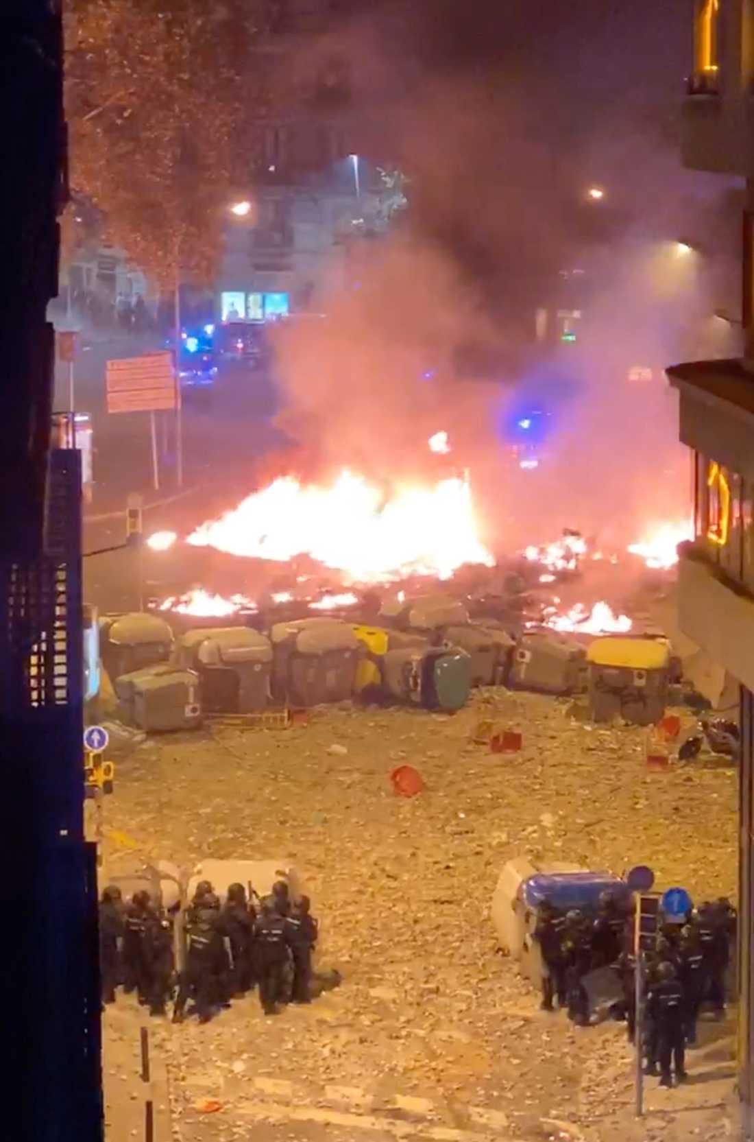 """""""Demonstranterna bränner saker i soptunnor och stora containrar. De har bland annat tagit parasoller från uteserveringarna och slängt in i elden"""", säger svenska My, 27."""