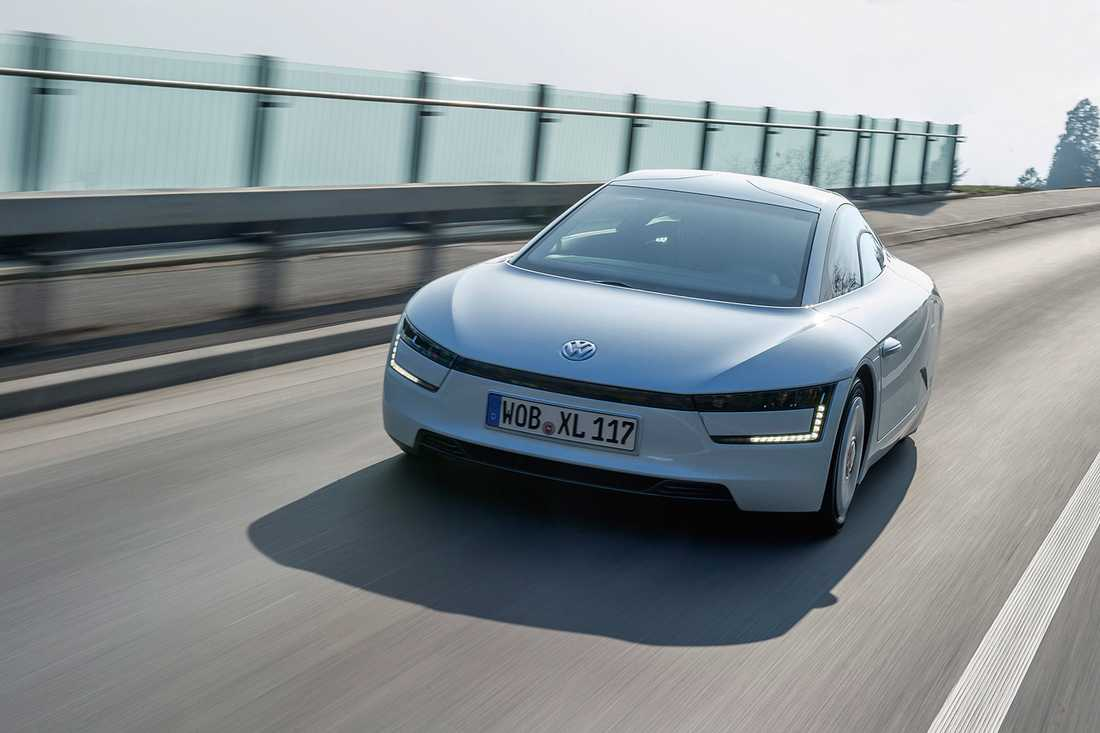 """VW XL1 kallas även för """"enlitersbilen"""" och målet under hela utvecklingen var att bilen skulle klara av att köra tio mil på en liter bensin (1l/100km)."""