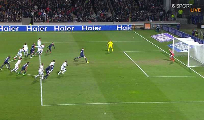 Zlatan missade straffen - men fick slå om den då hemmaspelare sprang för tidigt.