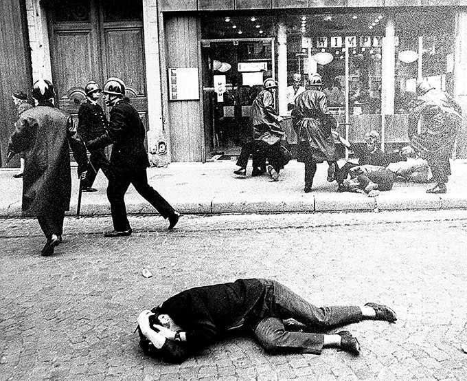 Kravallpolis går till attack mot demonstranter i Paris i maj 1968.