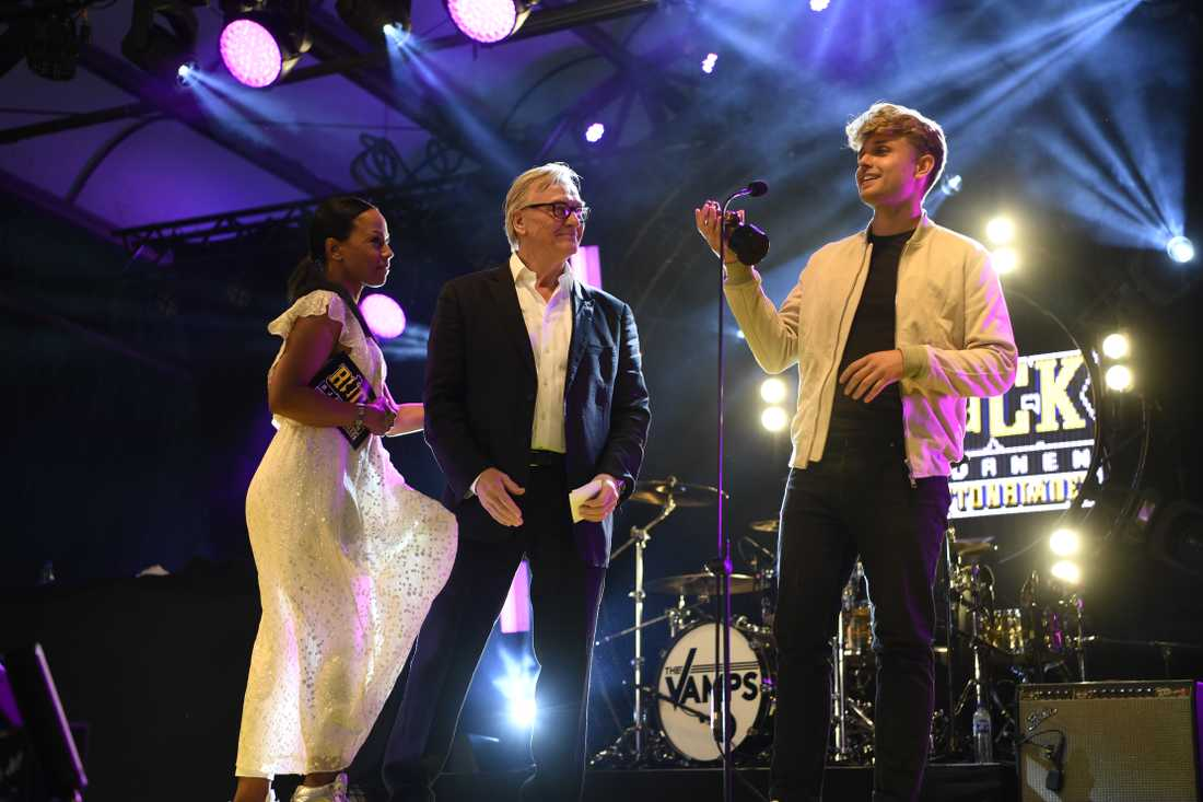 Sandro Cavazza accepted the award together with Avicii's father Klas Bergling.